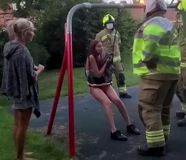 Mải quay clip, nữ TikToker 14 tuổi hoảng hồn khi bị kẹt cứng trong xích đu của trẻ con - 2