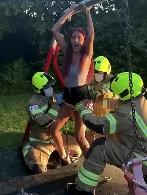 Mải quay clip, nữ TikToker 14 tuổi hoảng hồn khi bị kẹt cứng trong xích đu của trẻ con - 3