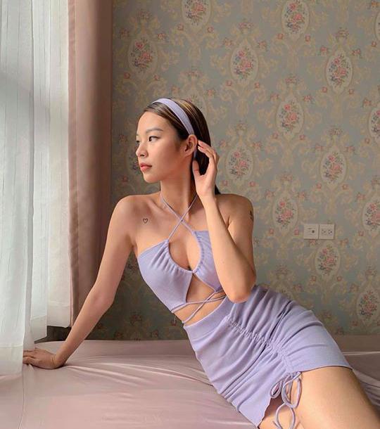 Học trò Hà Hồ diện váy áo hở vai để khoe hình xăm đặc biệt - 1