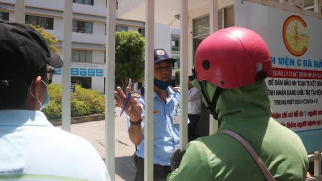 Bệnh viện C Đà Nẵng 'nội bất xuất, ngoại bất nhập' sau ca nghi mắc COVID-19 - 1