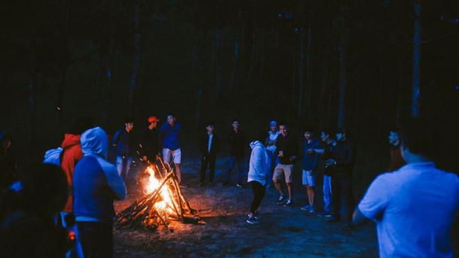 Đà Lạt về đêm rất thích hợp để đốt lửa trại cùng bạn bè. - Ảnh: Mợ Jen