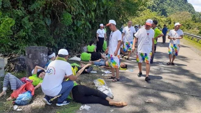 Hiện trường vụ lật xe khiến nhiều người tử vong ở Quảng Bình - 1