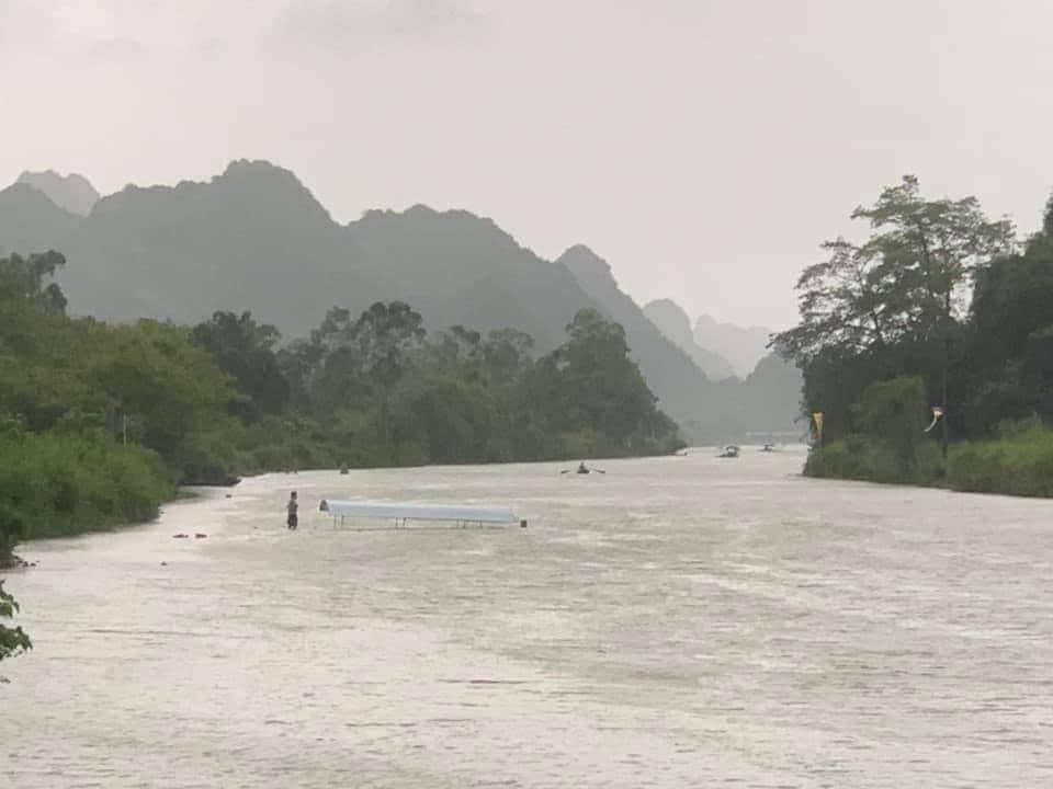 Lật đò giữa mưa lớn ở chùa Hương, 4 người chới với trong dòng nước - 1