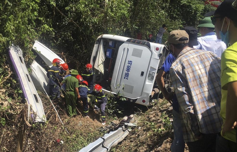 Vụ lật xe du lịch ở Quảng Bình: Đã có 13 người tử vong - 1