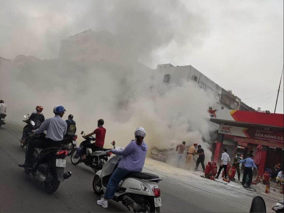Ô tô 5 chỗ bất ngờ bốc cháy cạnh cây xăng, nhiều người hoảng sợ - 1