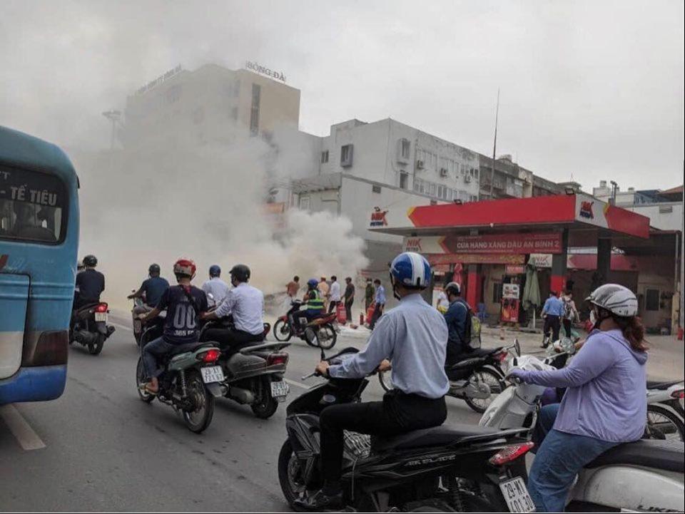 Ô tô 5 chỗ bất ngờ bốc cháy cạnh cây xăng, nhiều người hoảng sợ - 2