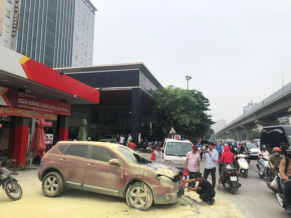 Ô tô 5 chỗ bất ngờ bốc cháy cạnh cây xăng, nhiều người hoảng sợ - 3