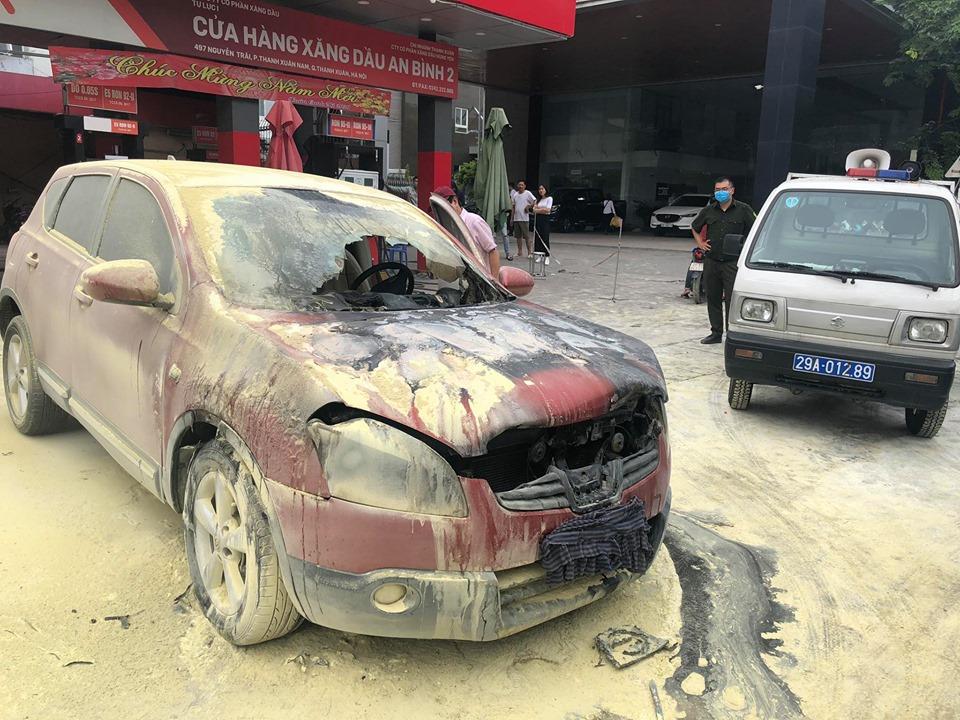 Ô tô 5 chỗ bất ngờ bốc cháy cạnh cây xăng, nhiều người hoảng sợ - 4