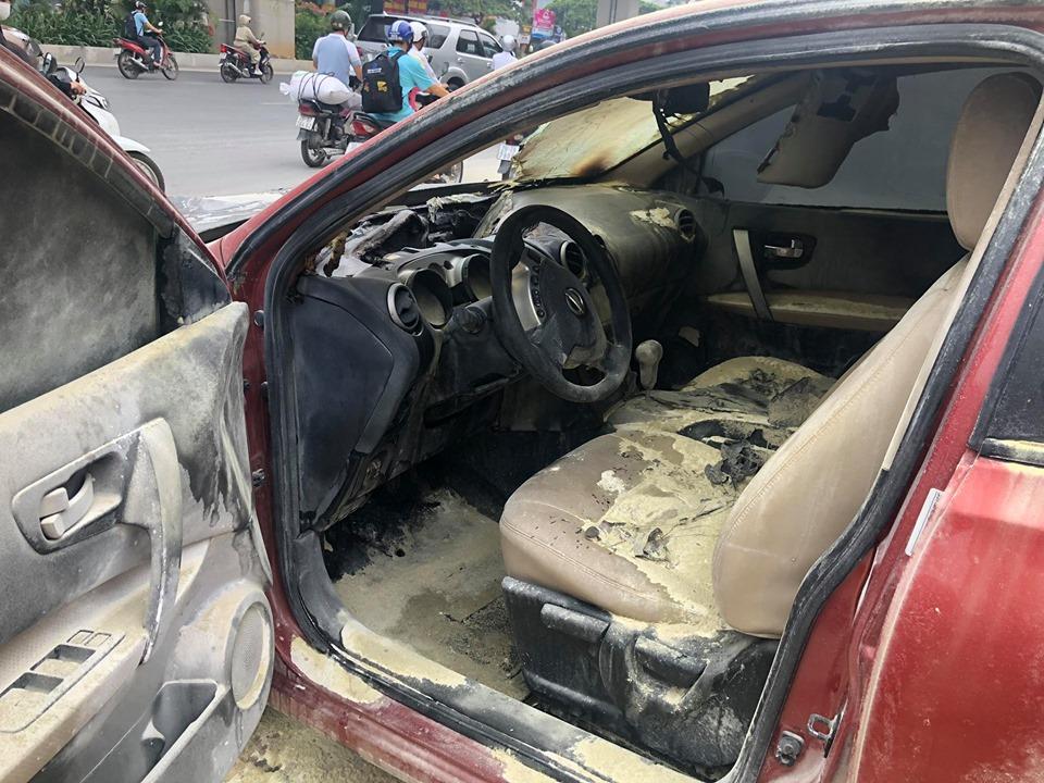 Ô tô 5 chỗ bất ngờ bốc cháy cạnh cây xăng, nhiều người hoảng sợ - 7
