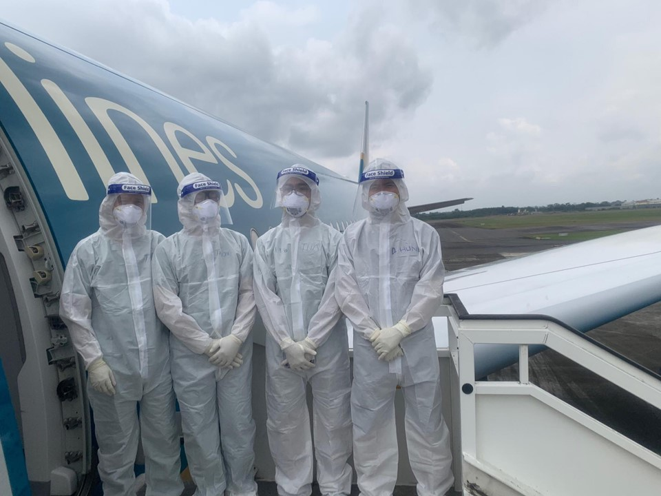 Chuyến bay đặc biệt: Hành trình kéo dài hơn 30 giờ cùng bệnh nhân nhiễm COVID-19 - 1