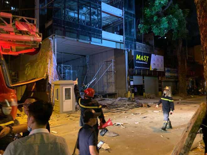 Hà Nội: Sập giàn giáo, 2 công nhân nằm bất động trên vỉa hè - 1
