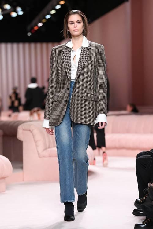 Quần jeans ống loe, màu ngà voi sẽ là xu hướng quần jeans lớn nhất mùa thu 2020 - 6