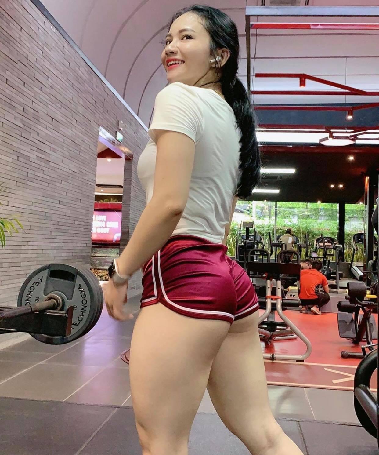 """""""Nữ hoàng phòng gym"""" Sài thành """"gây sốt"""" với mốt quần tập """"tí hon"""", nội y dây - 2"""