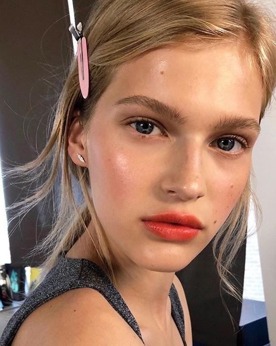 Xu hướng làm đẹp hot mùa thu 2020: mi mắt màu hoa cà, móng tay da rắn, đôi môi ửng hồng... - 12