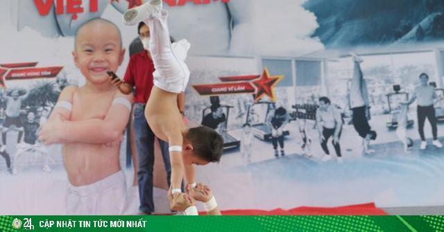 2 con trai 3 tuổi của Quốc Cơ - Quốc Nghiệp lập kỷ lục Guinness đứng thăng bằng trên tay cha