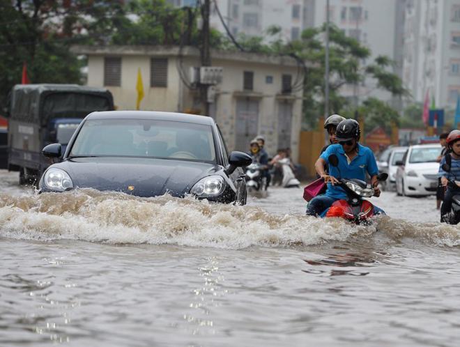 Cách lái ô tô 'thoát hiểm' vượt qua đường ngập nước - 1