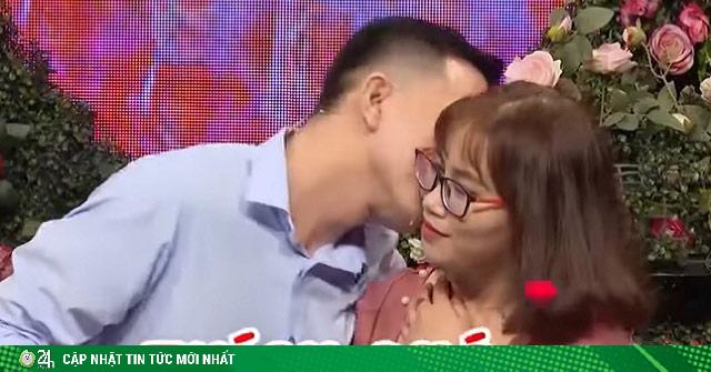 Đến Bạn muốn hẹn hò, cặp đôi chỉ đứng ôm nhau khiến 2 MC phải bấm nút hộ