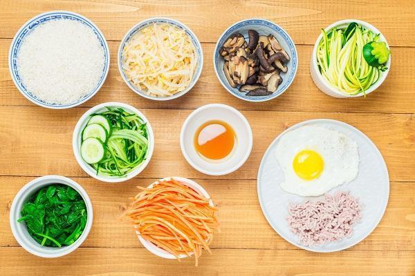 Mát trời làm món cơm trộn kiểu Hàn Quốc, đơn giản lại ngon miệng - 1