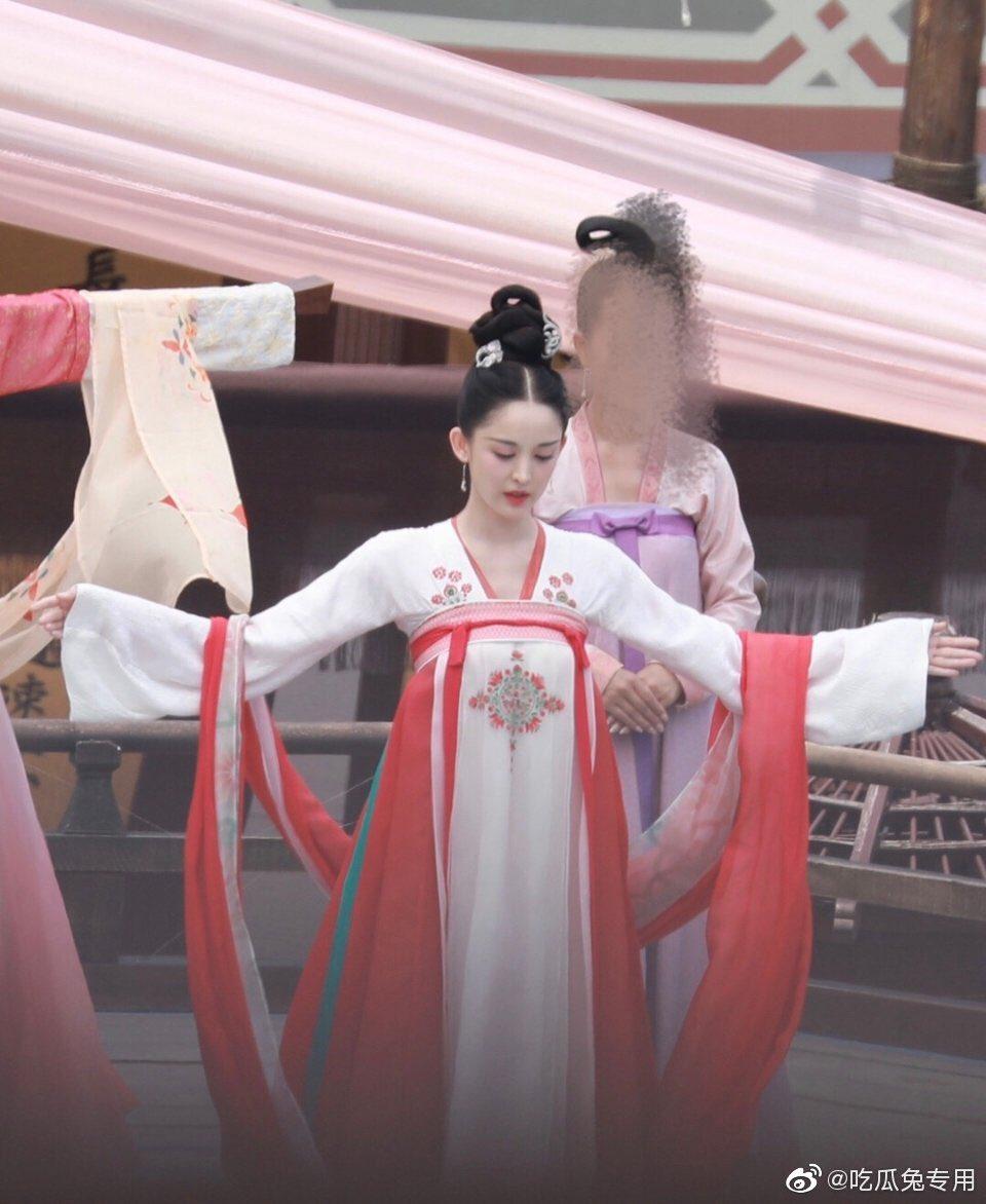 2 mỹ nhân Tân Cương gây tranh cãi ai mới là quốc sắc thiên hương khi cùng chung tạo hình - 2