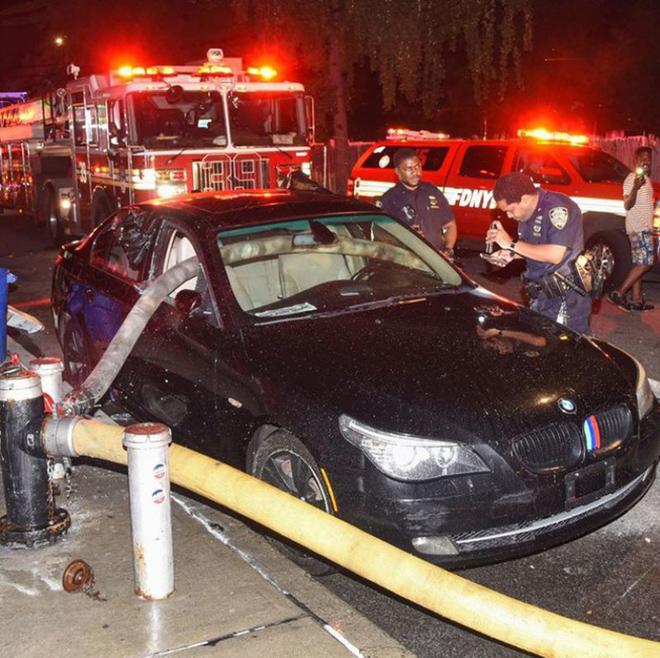 Đỗ trước họng nước cứu hoả, siêu xe bị đập tan cửa sổ - 1