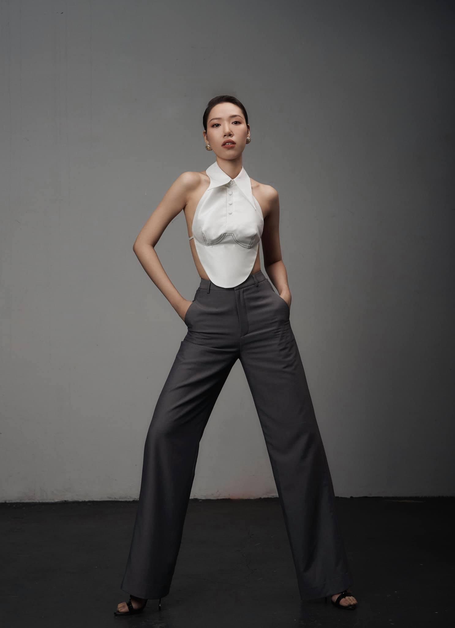 Áo yếm thiên nga lộ nửa người của nhà thiết kế có body gợi cảm nhất làng mốt Việt - 1