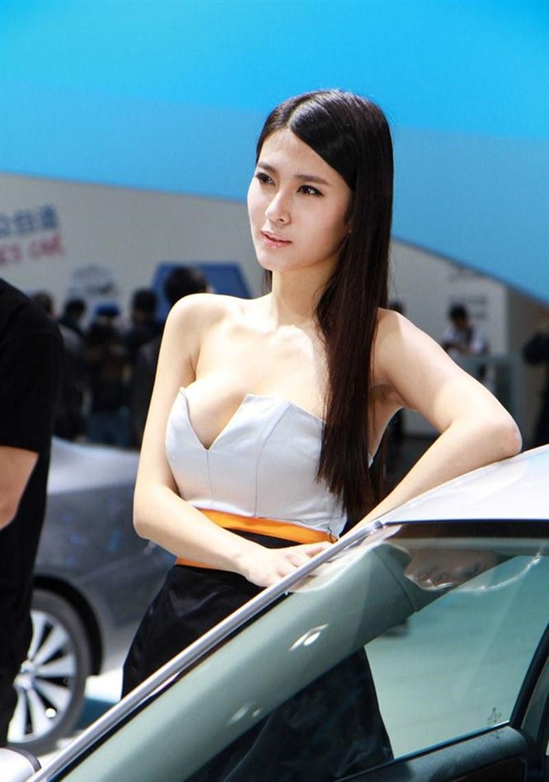 """""""Vấn nạn"""" diện đồ nhố nhăng của người mẫu xe hơi: Bị ép buộc hay cố tình khoe thân?"""