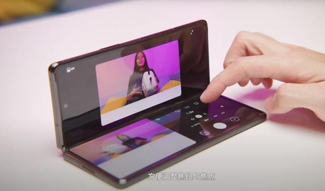 Chưa được bán ra, Galaxy Z Fold 2 đã lộ video trên tay - 1