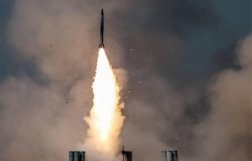 """Trung Quốc bất ngờ bắn 2 tên lửa uy lực ra Biển Đông, """"dằn mặt"""" Mỹ"""