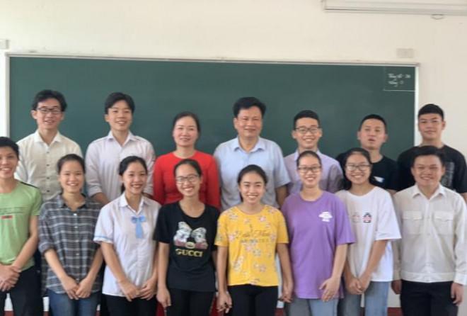 Lớp học 'mưa' điểm 10 thi THPT ở Hà Tĩnh - 1