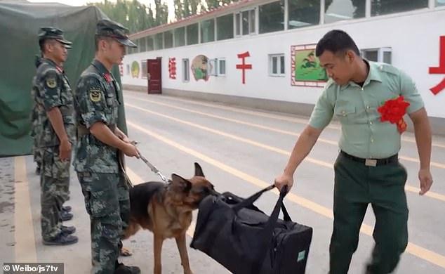 """Video: Chó nghiệp vụ làm mọi cách """"ngăn cản"""" quân nhân TQ rời doanh trại"""