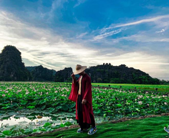 """Ngỡ ngàng hồ sen nở rộ giữa Thu ở Hang Múa (Ninh Bình), giới trẻ tha hồ chụp ảnh """"sống ảo"""" - 9"""