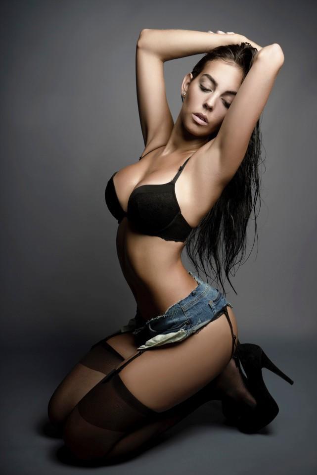 Siêu mẫu nóng bỏng được Ronaldo chi 18 tỷ để cầu hôn lộ gia thế khó ngờ - 2