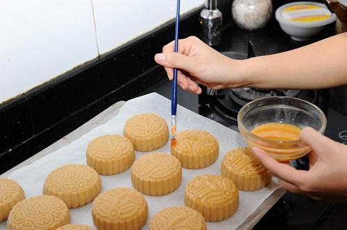 Cách làm bánh trung thu nướng nhân đậu xanh truyền thống thơm ngon vô cùng - 6