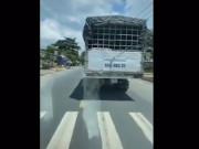 Clip: Tài xế xe cứu thương hú còi, gào thét, xe tải vẫn không nhường đường