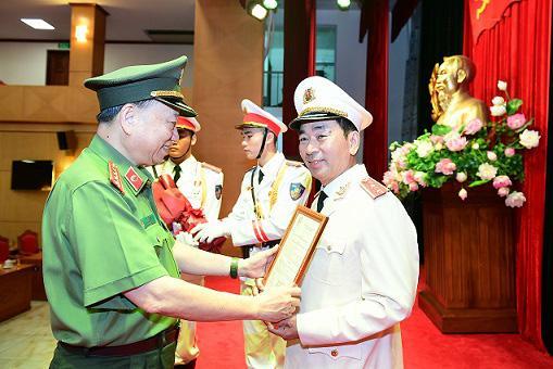 Chủ tịch nước thăng cấp hàm Trung tướng cho Thứ trưởng Bộ Công an Trần Quốc Tỏ - 1