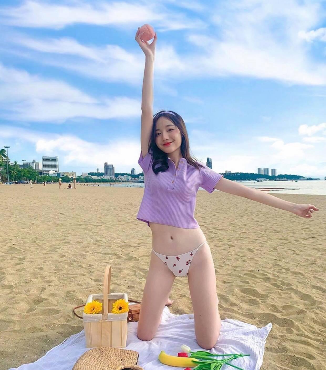 Thiếu nữ châu Á khoe bụng phẳng chân nuột với áo phông - 2