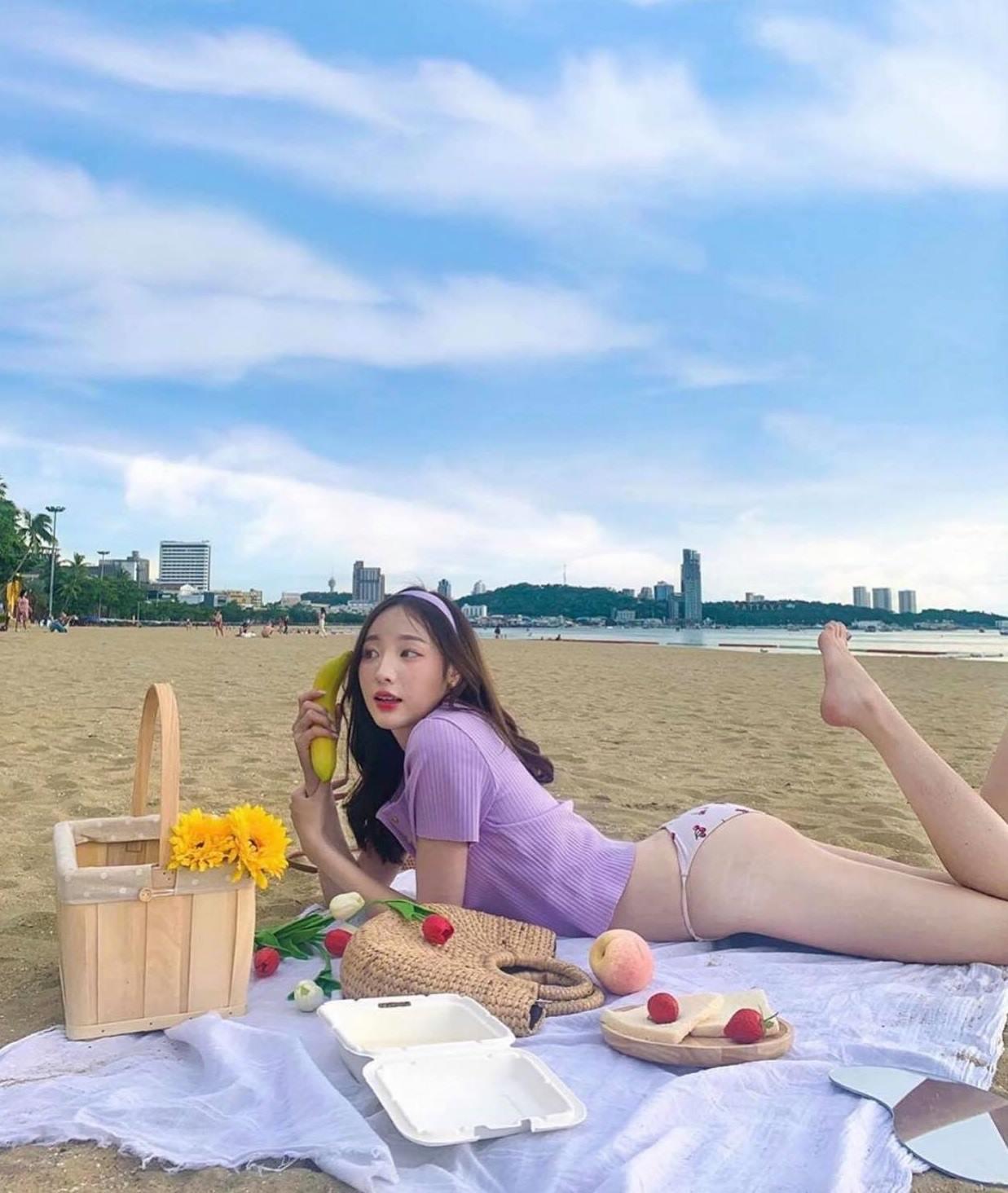 Thiếu nữ châu Á khoe bụng phẳng chân nuột với áo phông - 3