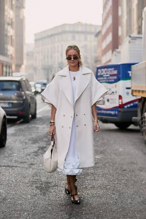6 chiêu kết hợp áo khoác và váy chuẩn trend cho ngày Thu - 1
