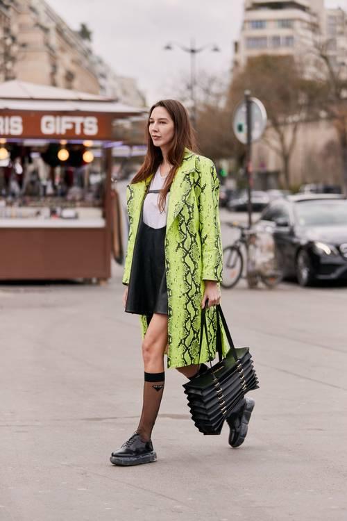 6 chiêu kết hợp áo khoác và váy chuẩn trend cho ngày Thu - 5