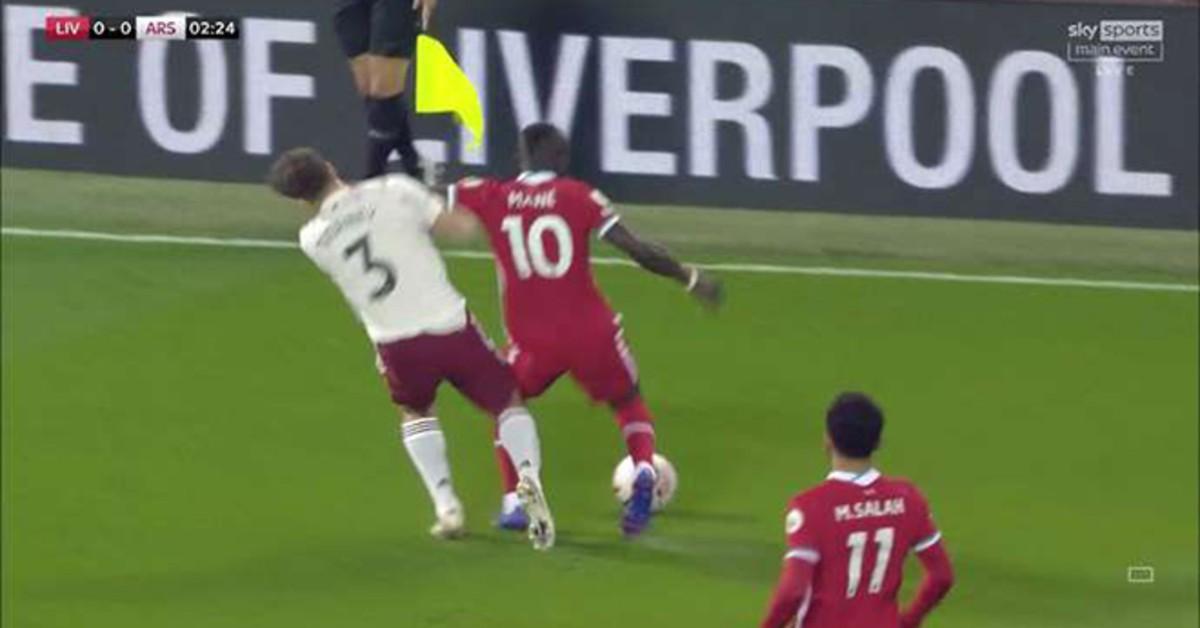 Sững sờ Mane đánh nguội cầu thủ Arsenal không bị đuổi, VAR lại gây tranh cãi