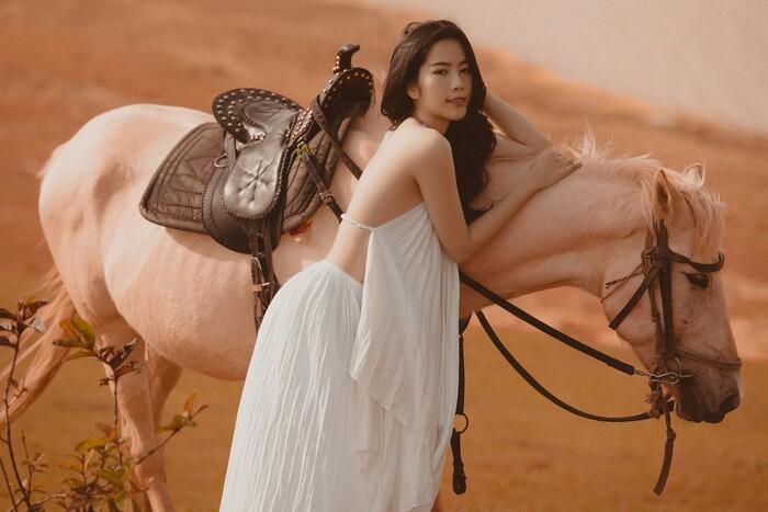 Nam Em mặc yếm lả lơi gợi cảm chụp ảnh bên ngựa - 1