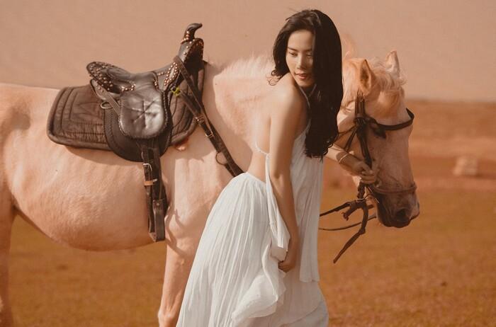Nam Em mặc yếm lả lơi gợi cảm chụp ảnh bên ngựa - 3
