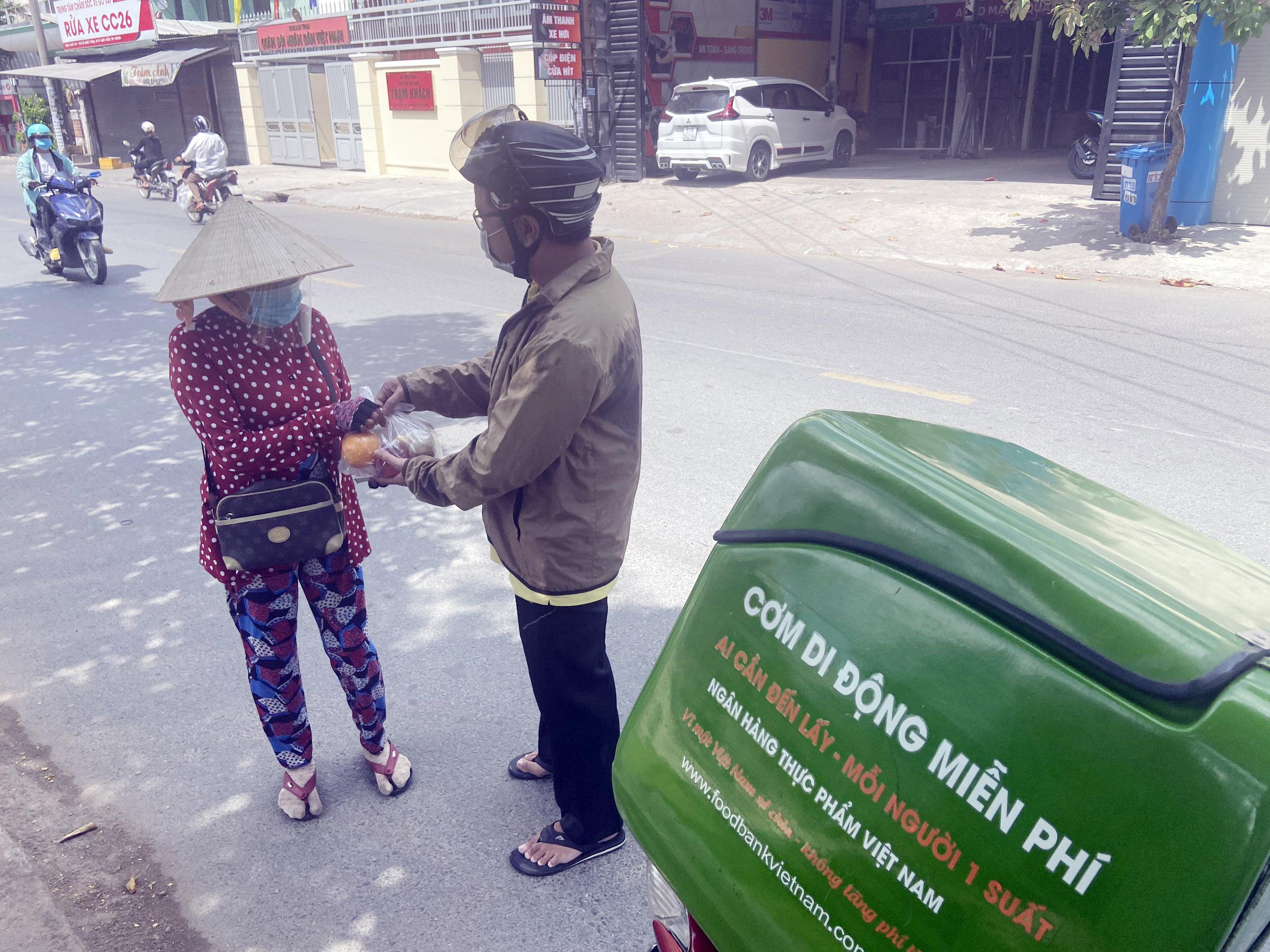 """Những """"anh chàng shipper"""" đi khắp Sài Gòn để phát 1.500 suất ăn miễn phí cho người nghèo - 1"""