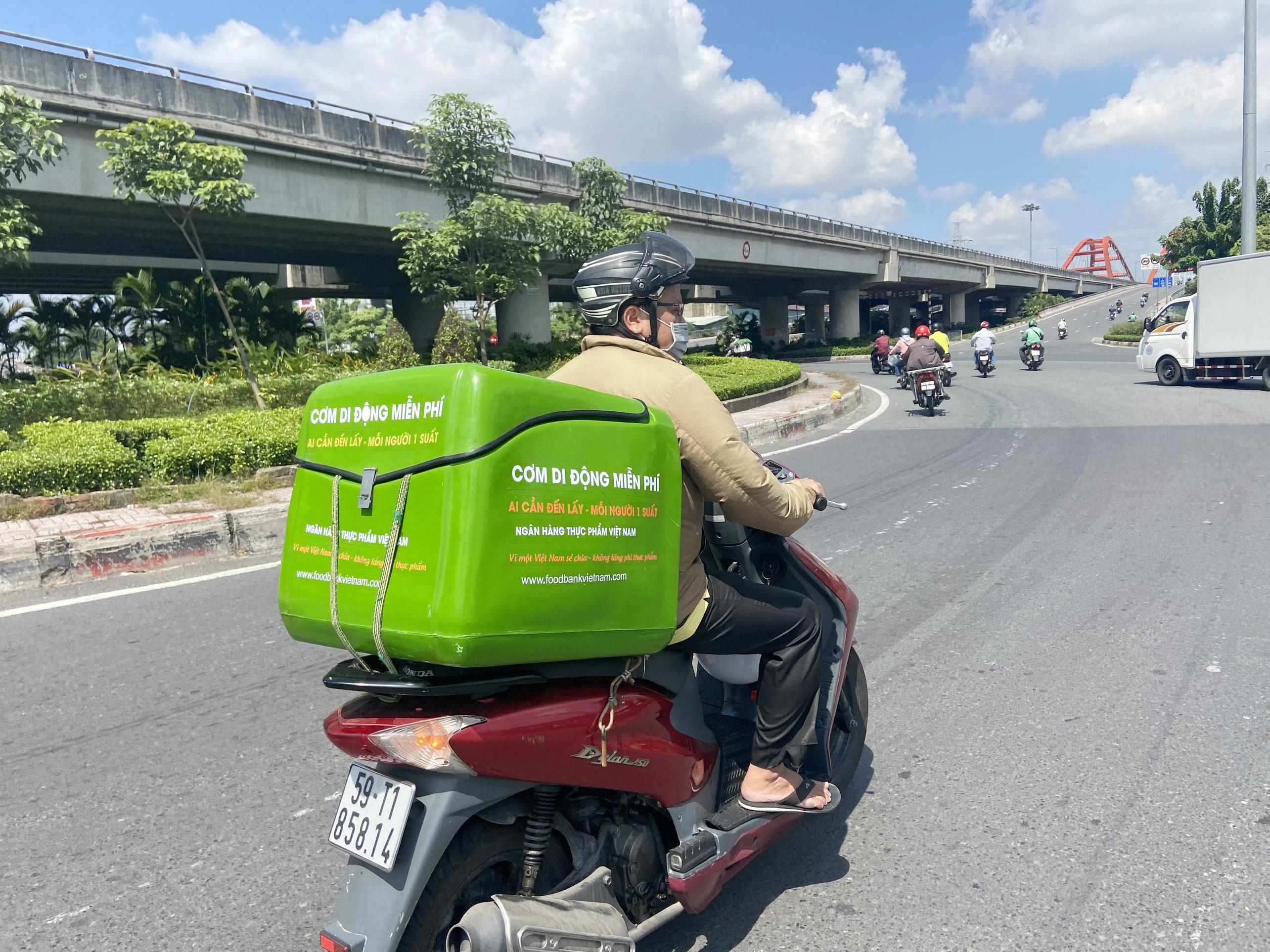 """Những """"anh chàng shipper"""" đi khắp Sài Gòn để phát 1.500 suất ăn miễn phí cho người nghèo - 9"""