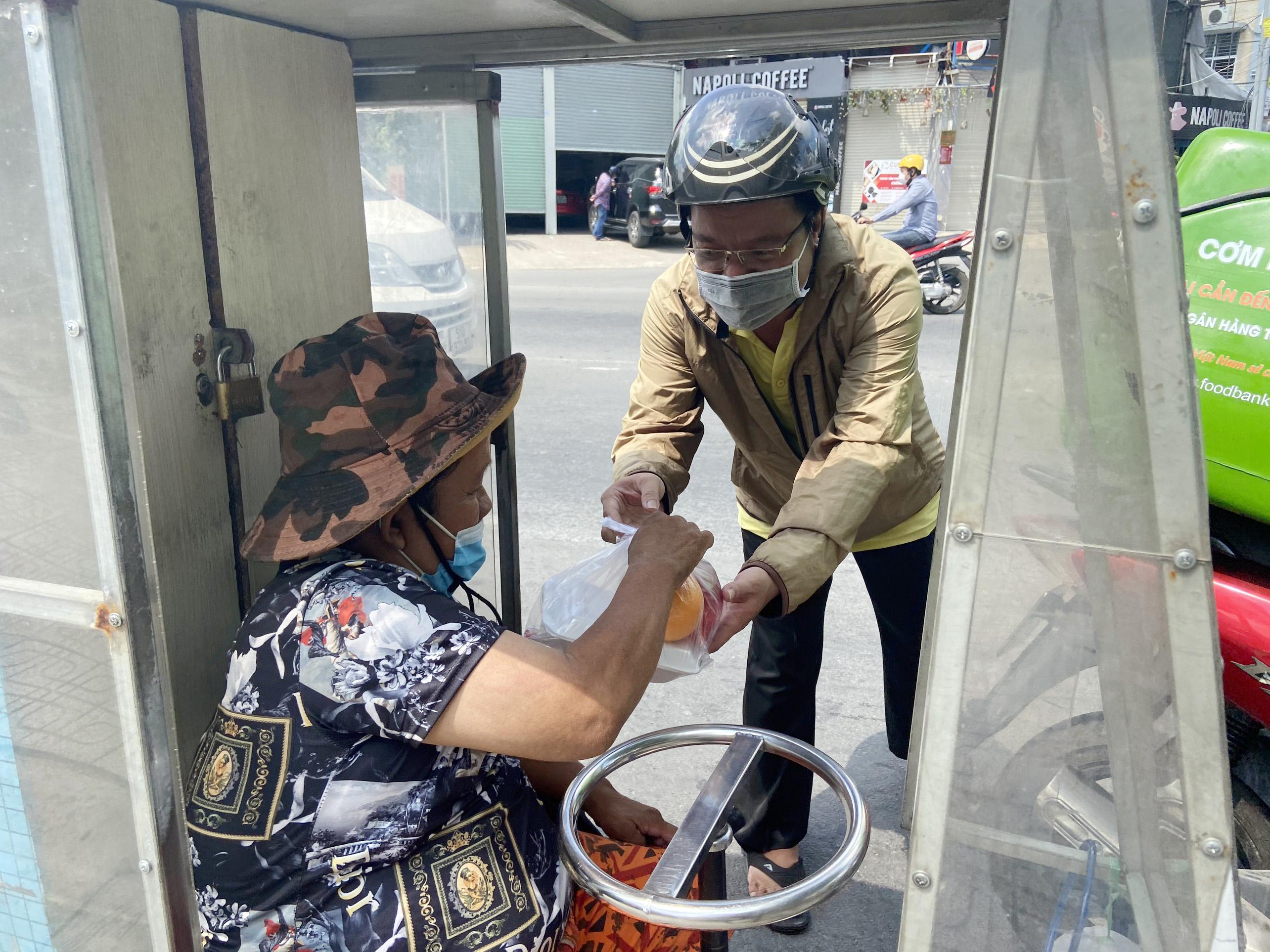 """Những """"anh chàng shipper"""" đi khắp Sài Gòn để phát 1.500 suất ăn miễn phí cho người nghèo - 10"""