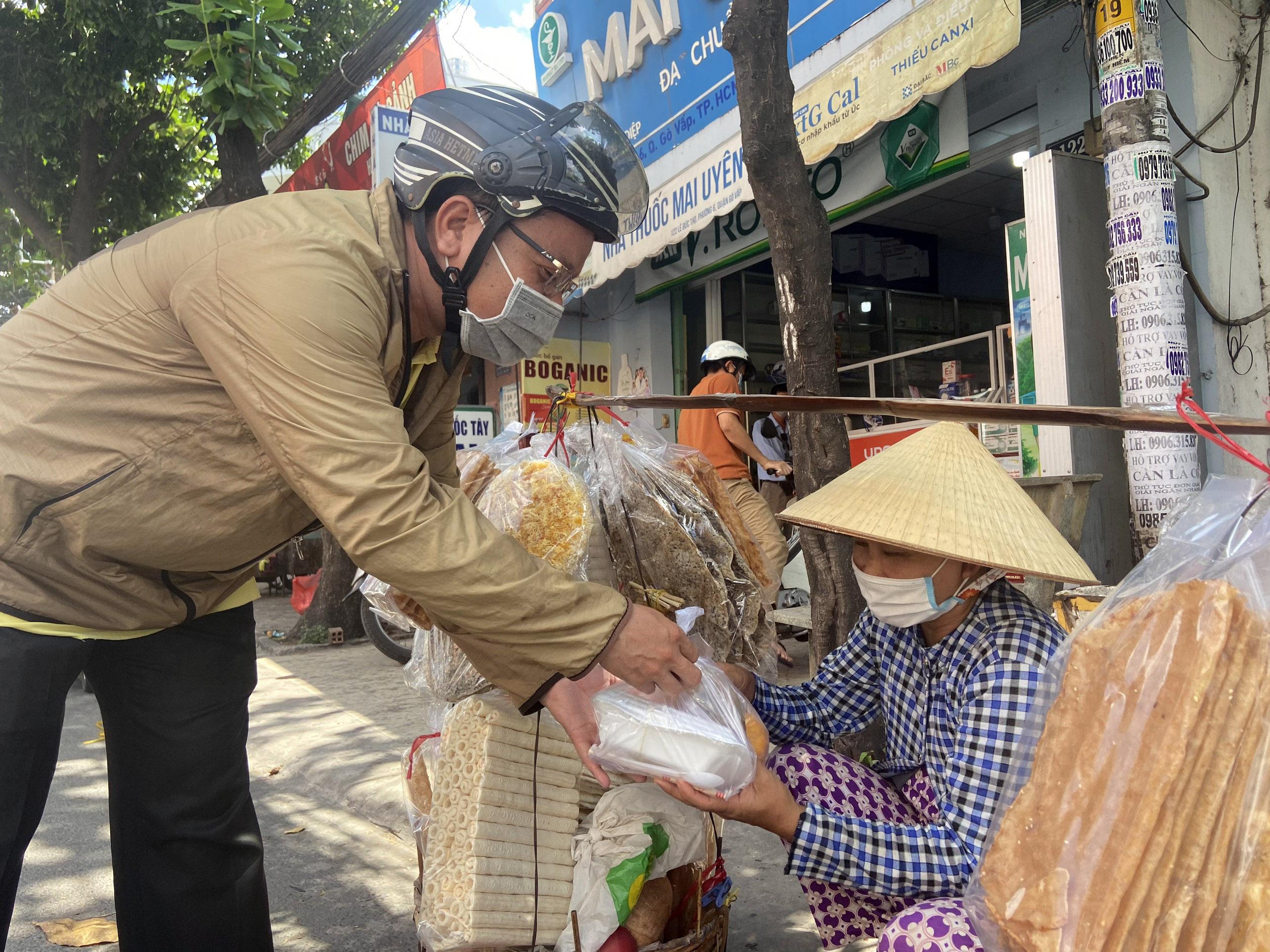"""Những """"anh chàng shipper"""" đi khắp Sài Gòn để phát 1.500 suất ăn miễn phí cho người nghèo - 11"""