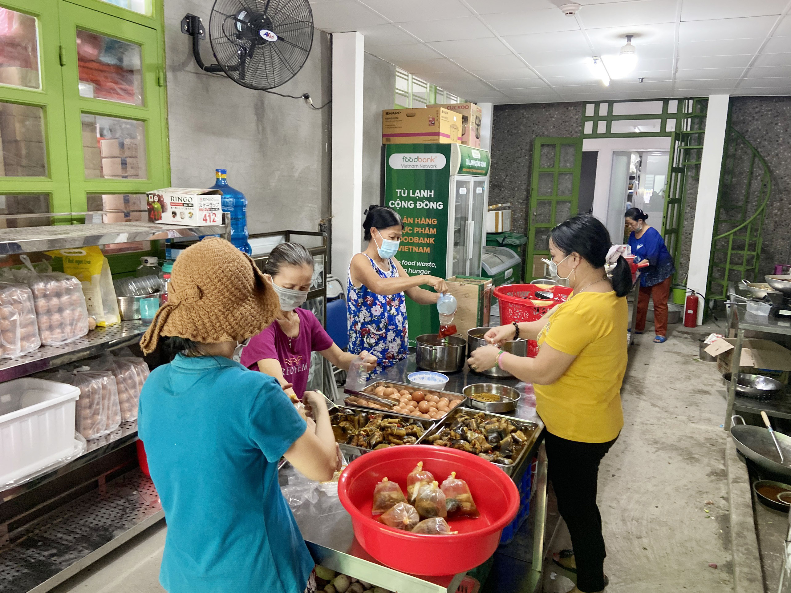 """Những """"anh chàng shipper"""" đi khắp Sài Gòn để phát 1.500 suất ăn miễn phí cho người nghèo - 2"""
