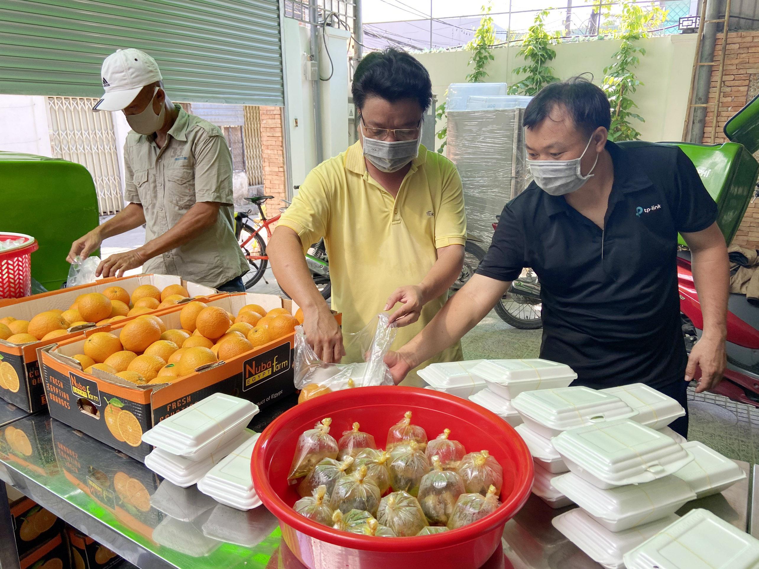 """Những """"anh chàng shipper"""" đi khắp Sài Gòn để phát 1.500 suất ăn miễn phí cho người nghèo - 3"""