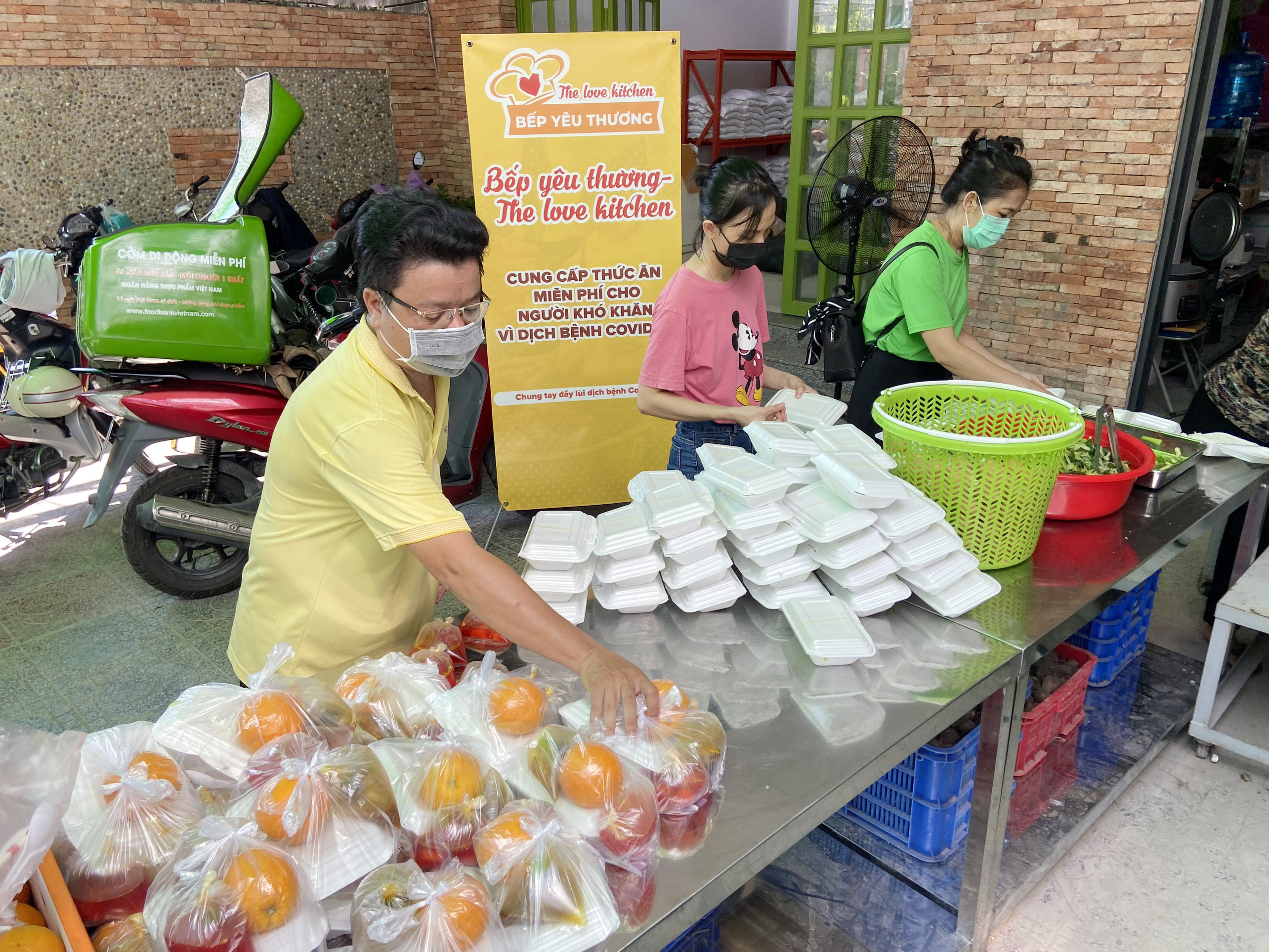 """Những """"anh chàng shipper"""" đi khắp Sài Gòn để phát 1.500 suất ăn miễn phí cho người nghèo - 4"""
