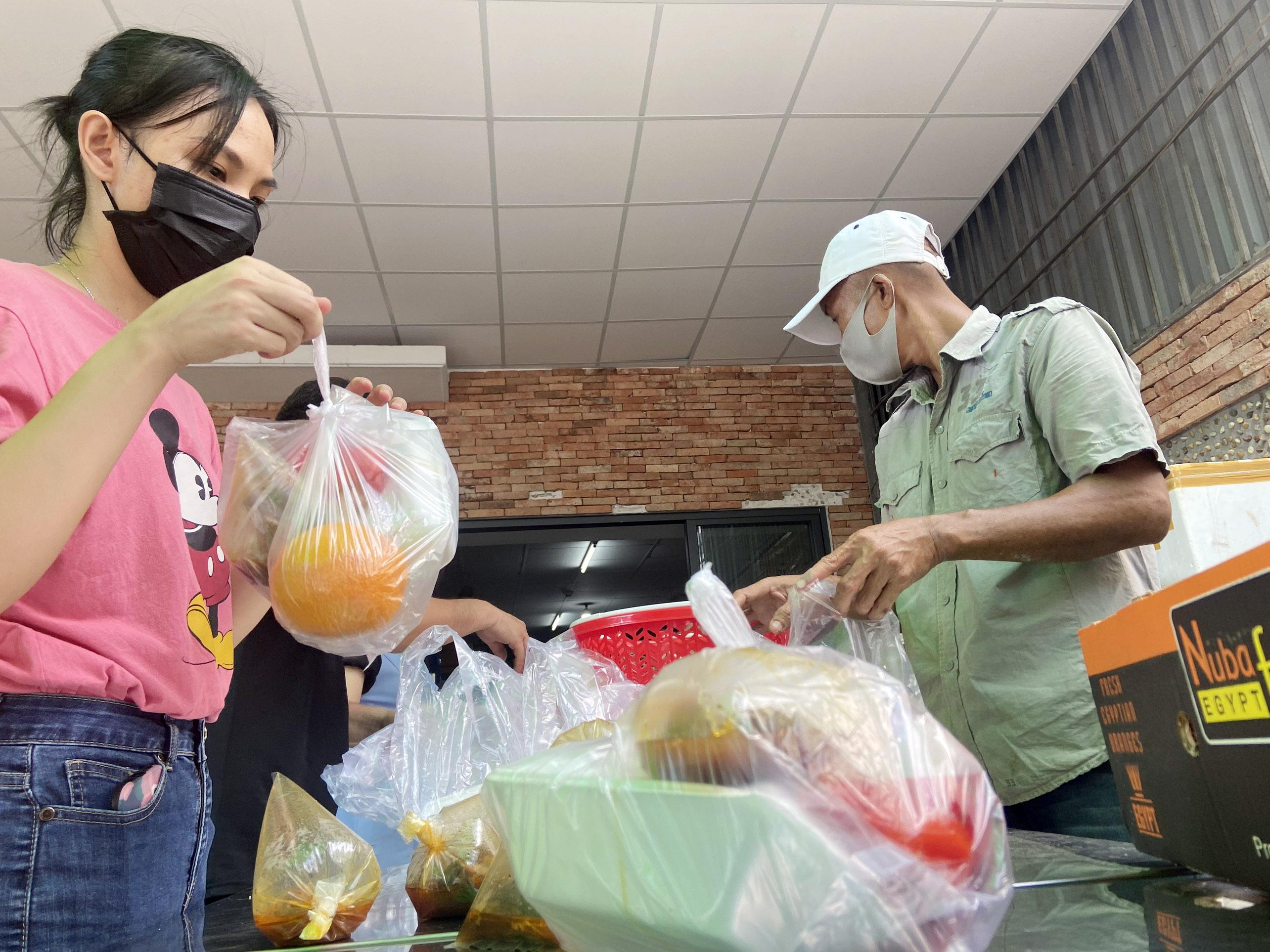 """Những """"anh chàng shipper"""" đi khắp Sài Gòn để phát 1.500 suất ăn miễn phí cho người nghèo - 5"""
